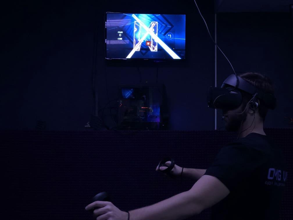 Играем в beat saber в клубе в Москве OMG VR